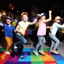 7. Дети отдыхают в зоне отдыха: VR или настольные игры